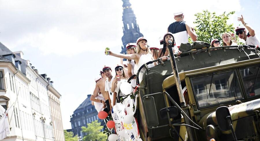 Studenter gør stop på deres vognture og fejrer årets studentereksamen i København fredag den 29. juni 2018.
