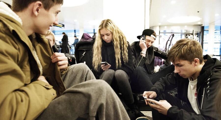 Elever fra Vejle Idrætsefterskole strandet i Københavns Lufthavn, onsdag den 4. marts, 2015. Turen skulle være gået til Prag.