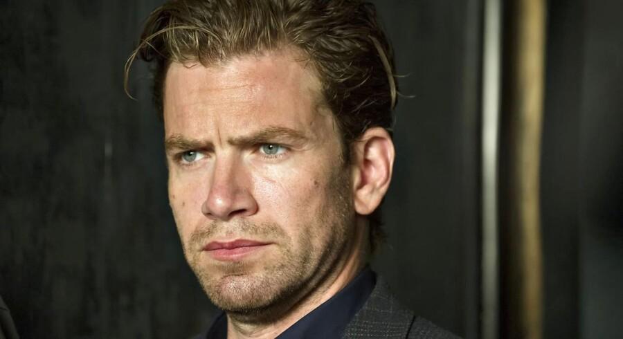 Skuespilleren Nikolaj Lie Kaas spiller den martrede kriminalkommissær Carl Mørck, der bliver parkeret i Politigårdens dyb for at efterforske glemte sager.