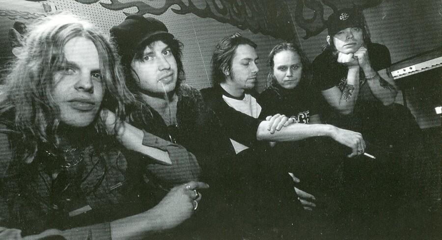Robert 'strengen' Dahlqvist (tv.) er død i en alder af 40 år, oplyser bandet The Hellacopters på deres Facebookside.