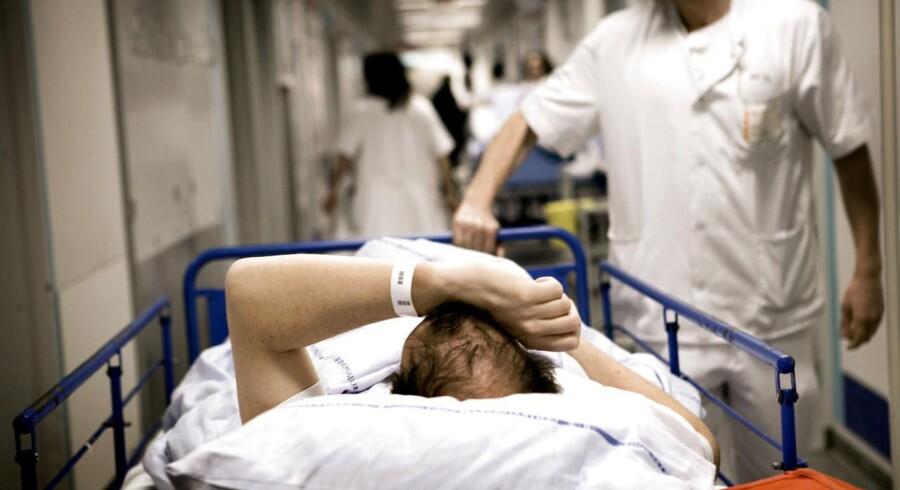 RB plus. Travlhed på sygehuse skader sikkerheden. I en ny undersøgelse svarer hver anden sygeplejerske, at arbejdsdagen på hospitalerne er så travl, at det går ud over patientsikkerheden.De ansatte på de danske hospitaler skal løbe stærkt for at få arbejdsdagen til at hænge sammen. Ofte skal de løbe så stærkt, at det går ud over patienternes sikkerhed. Det er konklusionen i en spørgeskemaundersøgelse, foretaget af Megafon for Dansk Sygeplejeråd, blandt regionalt ansatte sygeplejersker.