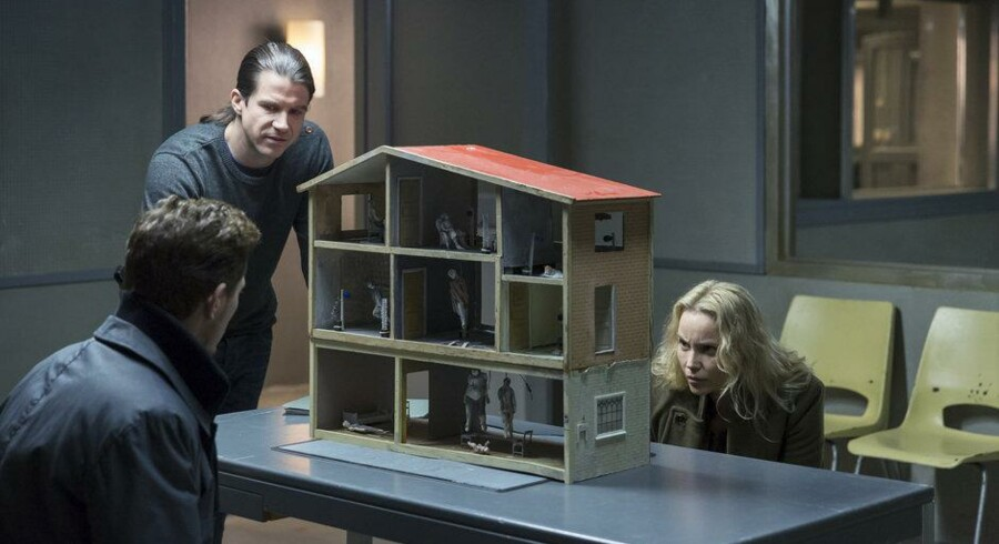 Hvem er den bindegale morder, der leger med dukkehus? Thure Lindhardt, Henrik Lundström og Sofia Helin i næstsidste afsnit af »Broen III«. Foto: Carolina Romare