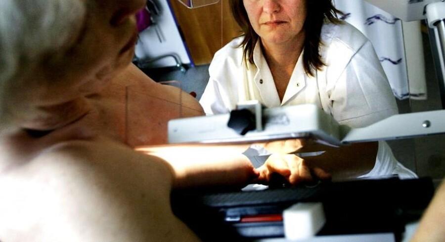 ARKIVFOTO. En kvinde får foretaget en mammografi på Bispebjerg Hospital.