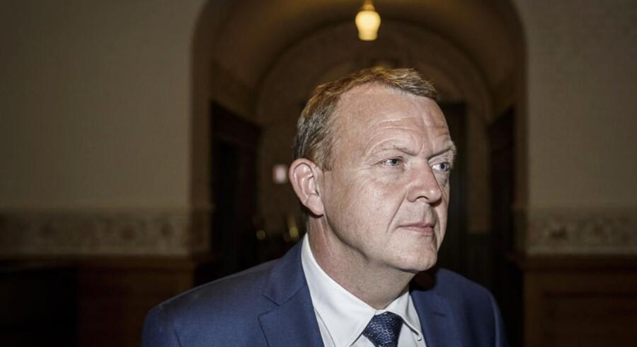 Lars Løkke Rasmussen taler med journalister efter dagens forhandlinger med de borgerlige partier mandag.
