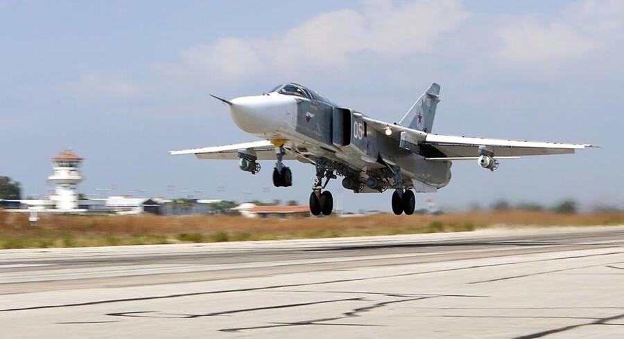 Et russisk Sukhoi Su-24 bombefly letter fra Hmeimim-luftbasen i Syrien.