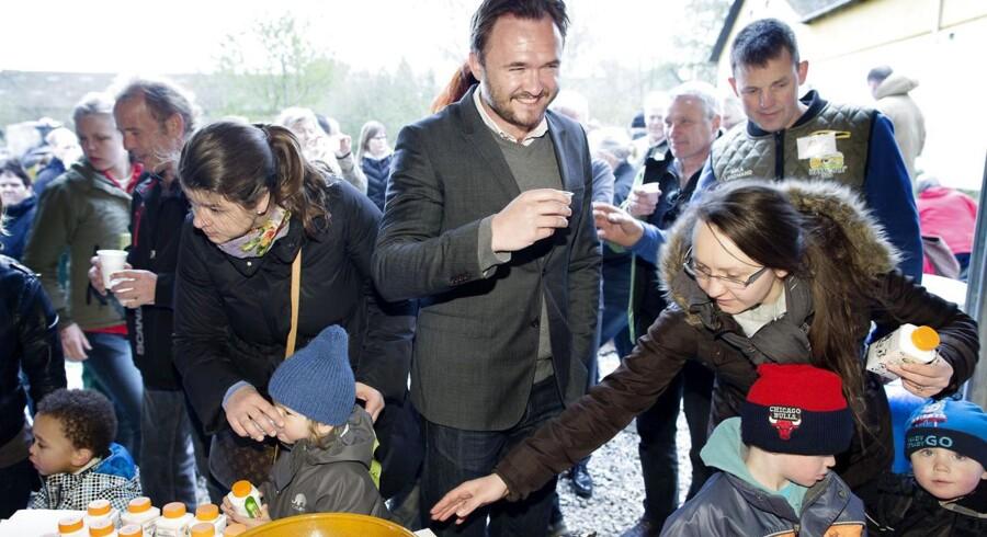 Fødevareminister Dan Jørgensen (i midten) besøgte Per Thomsens gård i anledning af Økologiens Dag tidligere i april.