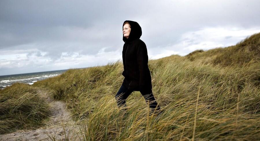 Dorthe Nors ved Vesterhavet. Foto: Astrid Dalum.