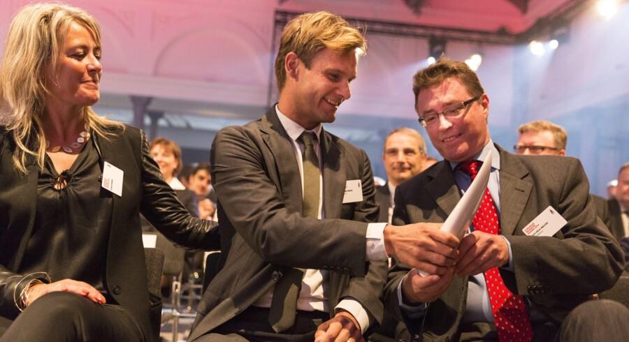 Danske Aquaporins stifter Peter Holme Jensen (i midten) og hans kone, Signe Bonnén, samt direktør Claus Helix Nielsen glæder sig over modtagelsen af den europæiske patentpris. »Men selv om vi tager patent, deler vi vores viden med andre. Det er den bedste måde at sikre,at vi hele tiden er med på markedets præmisser,« siger Peter Holme Jensen. Foto: EPO