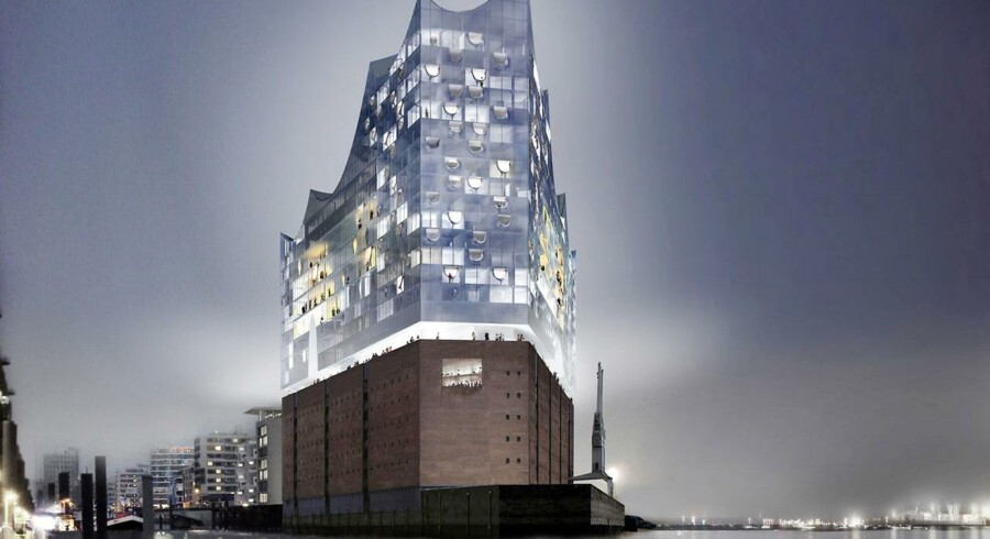 København kunne med fordel have lært af Hamburg, der ligesom vi vinkede farvel til den tunge havneindustri i 1980erne og 90erne, lyder arkitekternes dom. Her er det Hamburgs kommende koncerthus, Elbe Philharmonic Hall, der bygges som en moderne bygning oven på en gammel lagerhal på floden Elbe.