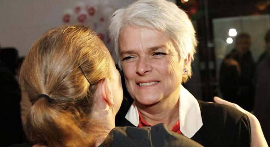 SF-formand Annette Vilhelmsen giver et knus til Ninna Thomsen, borgmester i København under partiets valgfest på Charlottenborg tirsdag d. 19 november 2013. (Foto: Jeppe Bjørn Vejlø/Scanpix 2013)