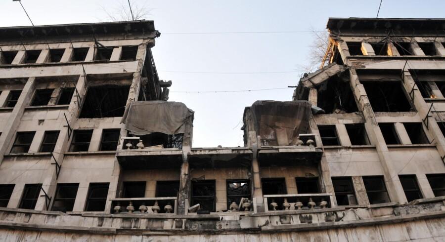 Midt i Beograd ligger ruinen af det tidligere Jugoslaviens forsvarsministerium som et åbent sår og en påmindelse om de bombninger, en koalition af NATO-lande satte ind i 1999 for at standse Milosevic-regeringens blodige fremfærd i Kosovo.