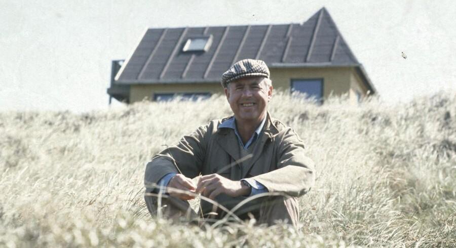 Afdøde Klaus Rifbjerg foran sit sommerhus i Kandestederne