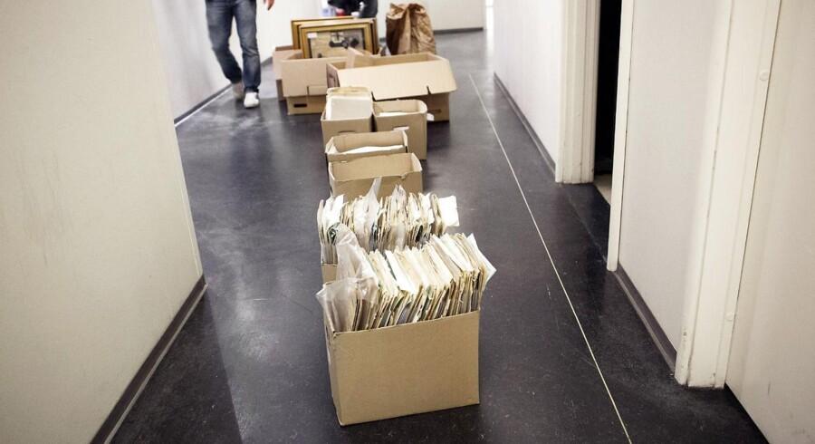 Ved gårsdagens ransagning beslaglagde politiet to hyldemeter med tusindvis af stjålne dokumenter.