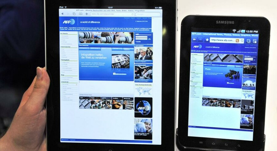 Apples iPad (til venstre) og Samsungs Galaxy Tab (til højre) - der er forskel på størrelsen. Nu kan de begge købes i Danmark sammen med flere konkurrenter. Arkivfoto: Wolfgang Kumm, DPA/Scanpix