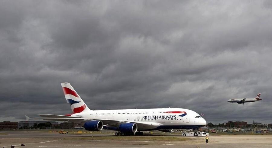 Luftfartsselskaberne udvider kapaciteten - her i form af British Airways, der fik sin første Airbus A380 på landingsbanen 4. juli. Problemet er bare, at lufthavnene ikke følger med udviklingen. Det kan skabe trafikpropper i fremtiden.