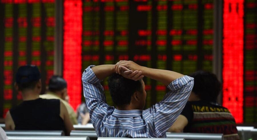 De kinesiske myndigheder tager drastiske metoder i brug for at stoppe aktienedtur. AFP PHOTO / GREG BAKER