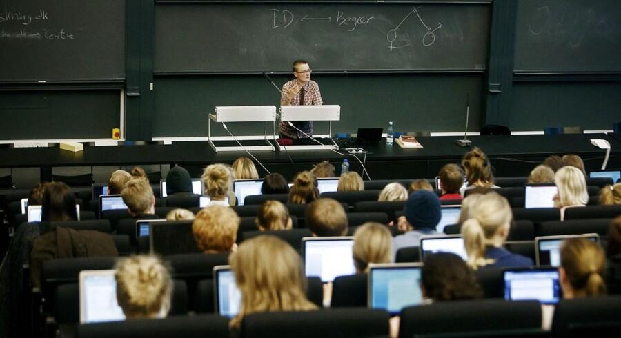 De studerende på landets universiteter skal hurtigere igennem forløbet. På billedet er der forelæsning i dansk på Institut for nordiske studier og sprogvidenskab, Københavns Universitet Amager.