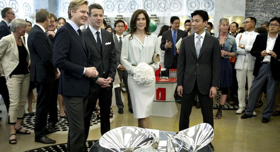 Ulrik Garde Due, adm. direktør i Georg Jensen havde besøg af kronprinseparret i Hong Kong, da han fik besked om den voldgiftssagen. Her er det parret på besøg i Sydkorea til en anden Georg Jensen udstilling.