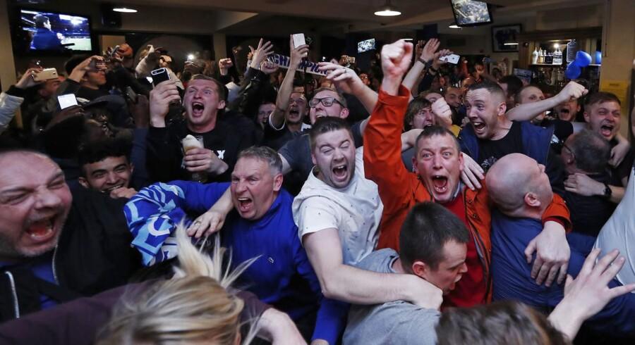 Leicester-fans fejrer mesterskabet efter kampen mellem Chelsea og Tottenham på en pub i Leicester.
