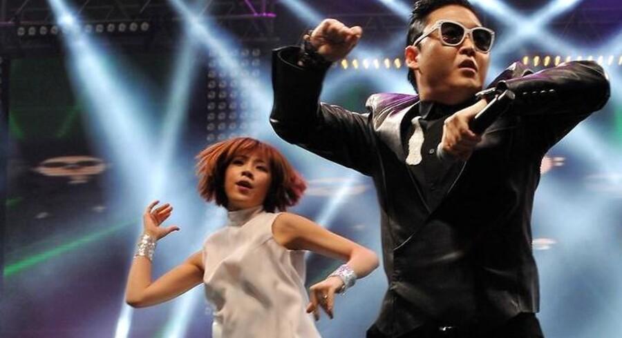 "Rapperen PSY optræder med megahittet ""Gangnam Style""."