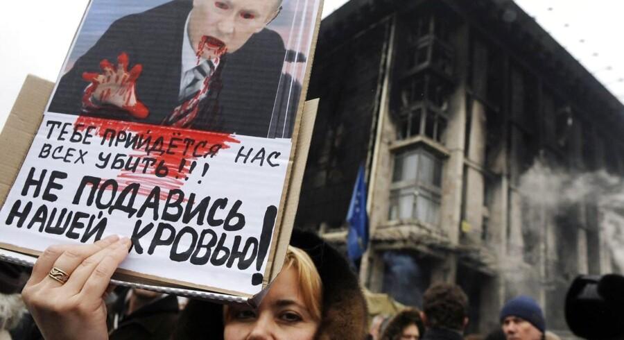 Situationen i Ukraine er helt uafklaret, mens Rusland viser tænder på Krim-halvøen, og retorikken mellem stormagterne bliver mere intens.