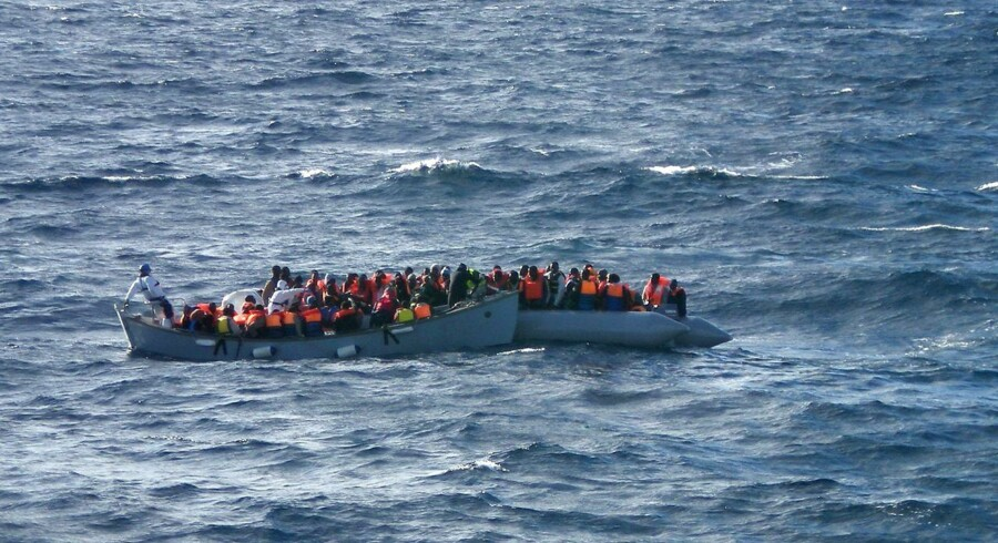 "ARKIVBILLEDE: In this handout picture released by the Italian Navy on December 4, 2014 migrants sit in a boat during a rescue operation off the coast of Sicily. Seventeen migrants died, apparently from hypothermia and dehydration on an inflatable boat rescued Thursday by the Italian Coast Guard south of Lampedusa according to the Marina Militare. More than 400 migrants were rescued on December 4, 2014 by Navy ships and patrol boats as part of the operation called Triton (Frontex). = RESTRICTED TO EDITORIAL USE - MANDATORY CREDIT ""AFP PHOTO / MARINA MILITARE"" - NO MARKETING NO ADVERTISING CAMPAIGNS - DISTRIBUTED AS A SERVICE TO CLIENTS =. (Foto: -/Scanpix 2015)"
