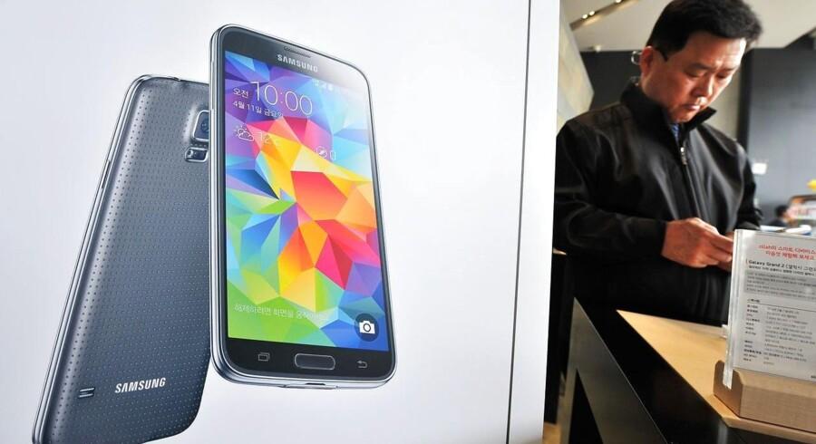 Samsungs nye toptelefon, Galaxy S5, kommer i handelen 11. april og skal rette op på seks måneders tilbagegang i salget. Foto: Jung Yeon-Je, AFP/Scanpix