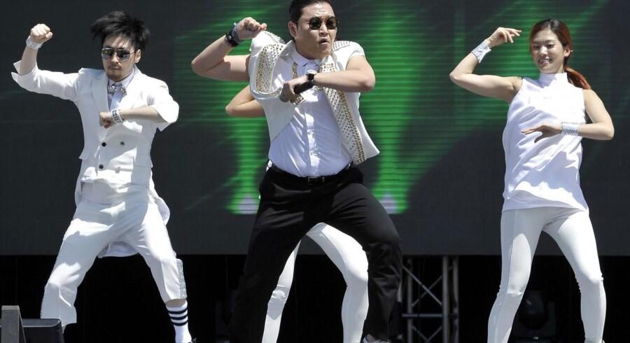 Sydkoreanske Psy blev milliardær, da folk verden over kopierede hans Gangnam-trin. Nu har et ny »dans« taget over.