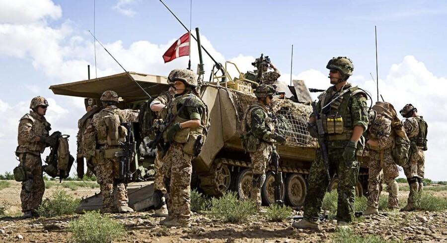 Der bliver færre danske flag på kampvogne i internationale organisationer med kravet fra forsvarsministeren om at spare tre milliarder kroner. Arkivfoto.