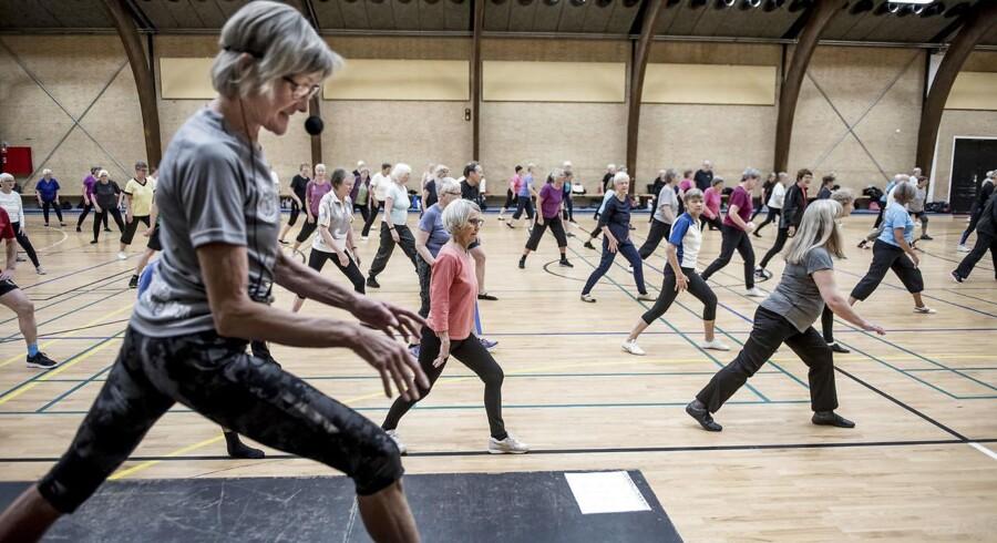 Roskilde Ældre Motion træner i Roskilde Kongrescenter. Tusindvis af seniorer meldte sig i 2017 ind i en idrætsforening. Det kan betyde, at færre ældre fremover ender på hospitalet med skader og sygdomme.