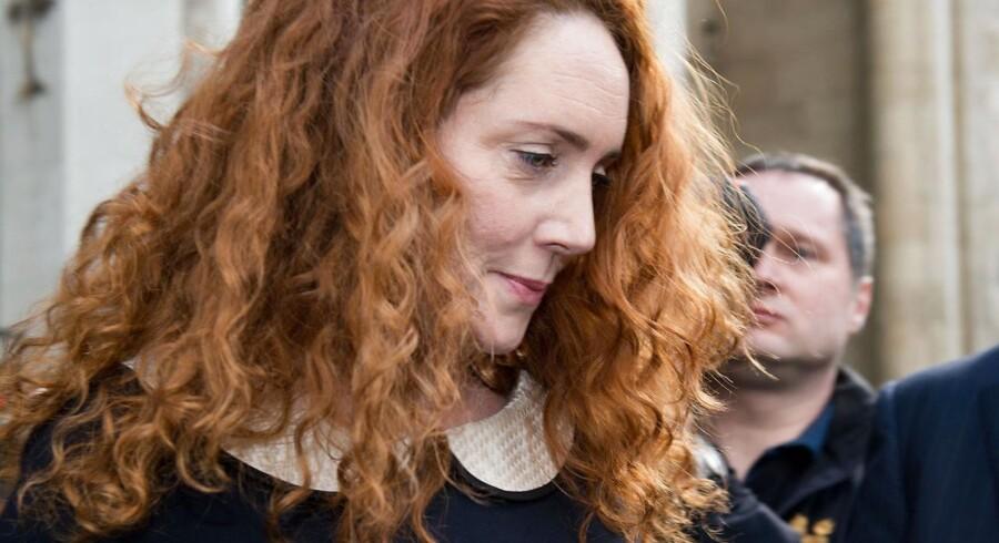 """Den tidligere chefredaktør for News of The World og Murdock-kæledægge, Rebekah Brooks skal nu stå mål for nye anklager. Denne gang lyder anklagen på at """"opdigte historier""""."""