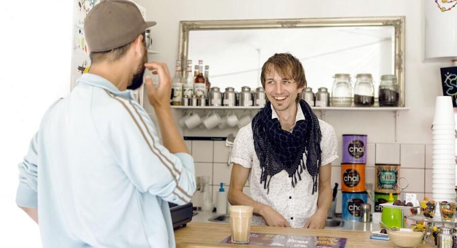 Sydhavnens eneste café, Monster Times, ligger på Mozarts Plads – centrum i den gamle del af den københavnske bydel. Her byder indehaveren, David Liwoch, sine kunder fra Sydhavnens noget blandede klientel på hjemmebagt kage, jordbær- og mintthe, små chokoladeskildpadder til fire kroner og »byens bedste kaffe«.