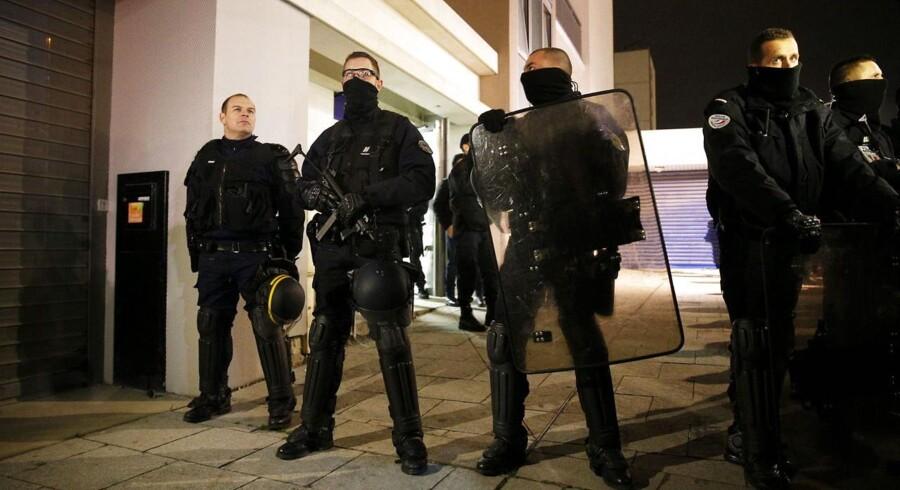 Franske specialstyrker står vagt uden for den lejlighedsbygning nær Reims, som man kort efter midnat ransagede.