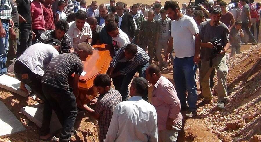 Familien begraver kisten med den tre-årige Aylan Kurdi.