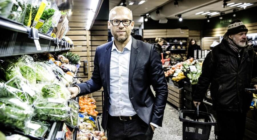 Coops Food-direktør Jens Visholm ved de økologiske grøntsager i SuperBrugsen på Nordre Frihavnsgade i København, som danskerne har taget til sig. Men nu vil Coop med den nye strategi også få danskerne til at købe det økologiske kød. Foto: Thomas Lekfeldt