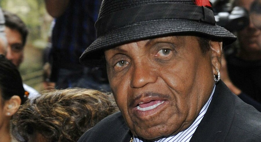 Den afdøde popstjerne Michael Jacksons far, Joe Jackson, dropper at lægge sag an mod lægen Dr. Conrad Murray, der er dømt for uagtsomt manddrab på popkongen.