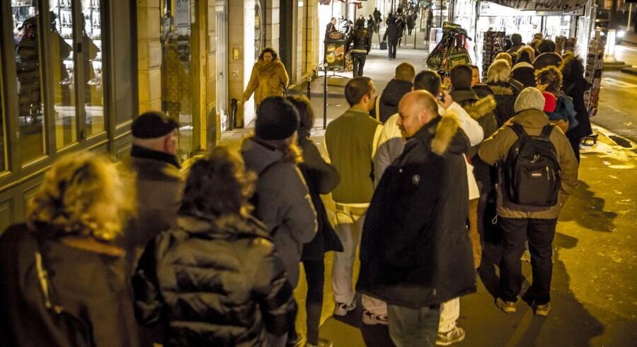 Pariserne var onsdag tidligt oppe for at stå i kø til et eksemplar af Charlie Hebdo, der udkommer for første gang siden terrorangrebet. Magasinet kommer i salg i Danmark torsdag eller fredag.