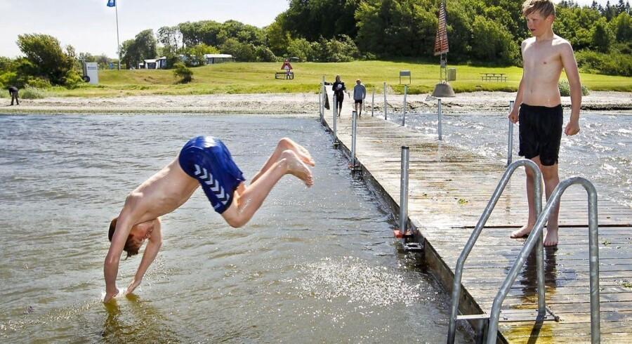 ARKIVFOTO fra Mariager Fjord, hvor unge badegæster nyder det gode vejr.