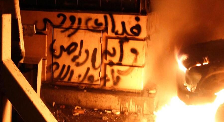At de færreste vesterlændinge kan læse arabisk er blevet udnyttet af tre graffitikunstnere, som var blevet bedt om at skrive graffiti kulisserne til et afsnit af TV-serien Homeland. Billedet her er fra Cairo, og har intet med serien at gøre.