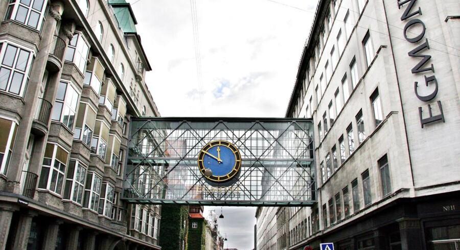 Egmont koncernen i Københavns City, med det berømte ur over gaden i Vognmagergade.
