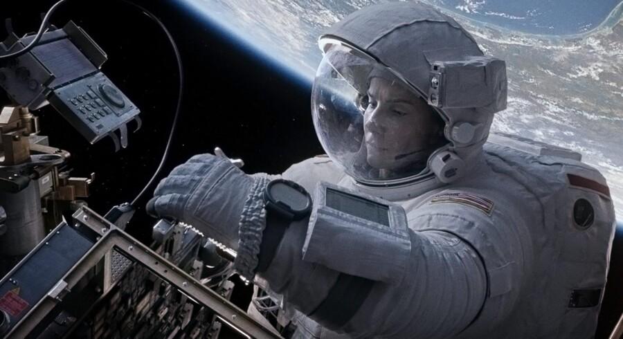 Sandra Bullock er en rumingeniør, der får travlt med at forsøge at nå ned til Jorden efter en ulykke. PR-foto