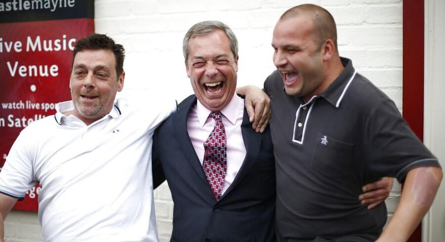 Lederen af det britiske UKIP, Nigel Farage, i godt humør med vælgere ved en pub i Basildon 23. maj.