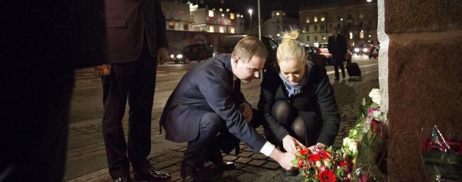 Onsdag aften mindes hele verden de 12 ofre fra attentatet mod det satiriske ugemagasin Charlie Hebdo. I København er folk mødt op foran den franske ambassade på Kongens Nytorv for at lægge blomster. Senere på aftenen vil der være fakkeltog flere steder i landet.Her er det forsvarsminister Nicolai Wammen, der tænder lys. Bag ham står Frankrigs ambassadør.