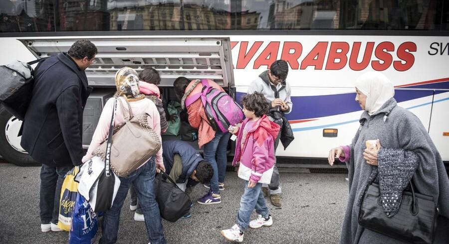 Familien Domane fra Damaskus i Syrien blev adskilt fra hinanden på grund af tumult ved den dansk-tyske grænse. Nu er de blevet genforenet og står overfor den sidste del af deres flygt fra krigen i Syrien. I alt er de 19 familiemedlemmer, hvor den ældste er 70 og den yngste er 6. Efter 20 minutters ventetid på Malmö station bliver de kørt videre med en bus til de svenske myndigheder, som skal registere dem.
