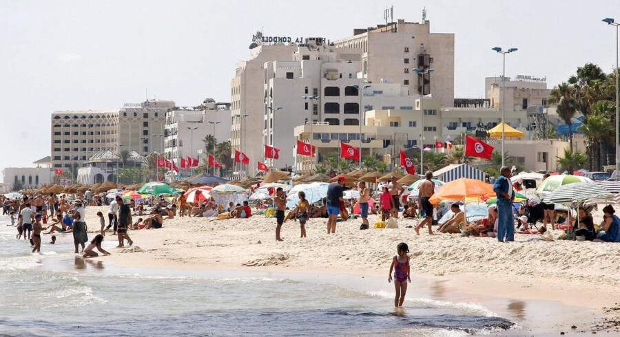 Arkivfoto. Turister og lokale på stranden ved Sousse i Tunesien.