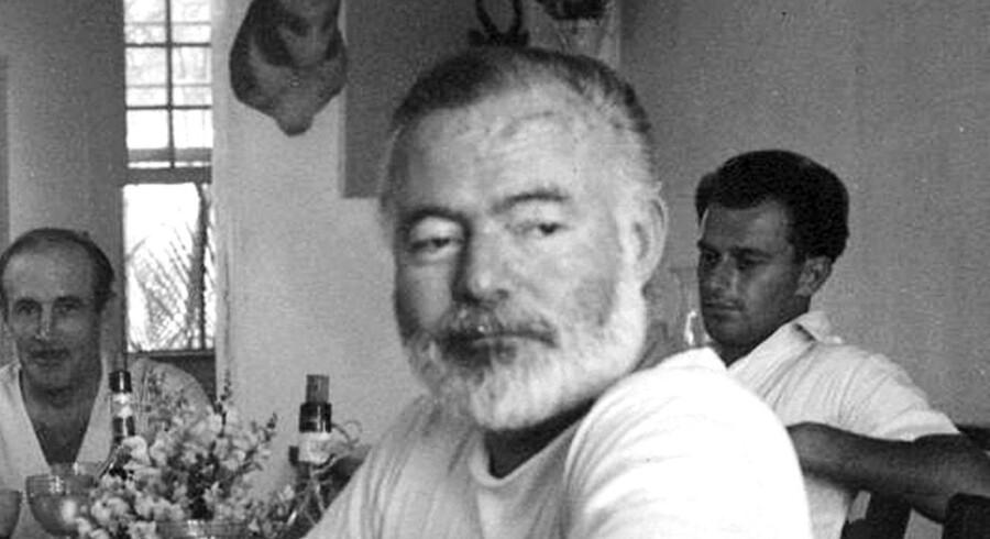 """Efter at bl.a. Berlingske havde påpeget fejl og sprogligt sjusk i nyudgivelsen om forfatteren Ernest Hemingway, trækker forlaget Gyldendal nu """"Hemingway. En mand og en myte"""" tilbage."""