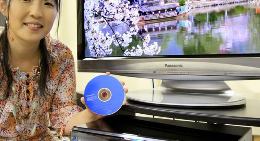 Toshibas første Blu-ray-afspiller, Diga DMR-BW970, kommer på markedet senere i år. Den er udstyret med verdens største harddisk på to terabyte, så der kan optages 1.440 timers TV i høj definition (HD). Foto: Yoshikazu Tsuno, AFP/Scanpix