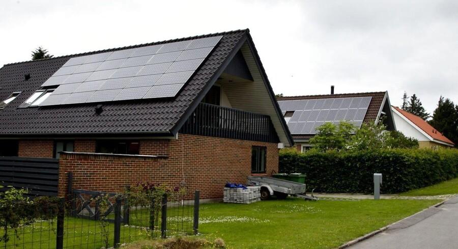 En ny undersøgelse viser sig, at dyre solcelleanlæg, der producerer meget strøm og billige anlæg, der producerer mindre strøm, har stort set samme økonomiske gevinst.