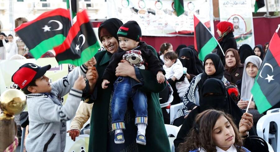 8. januar. En libysk kvinde med flag under en demonstration i Tripoli.