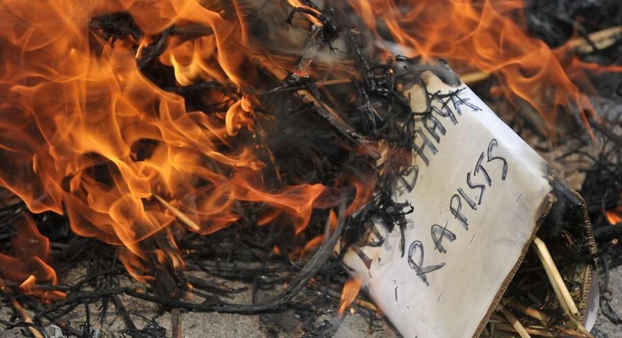 Den indiske regering har forbudt filmen »India's Daughter« i Indien og meddelt, at man overvejer mulige juridiske skridt mod BBC og alle, der viser den.»Uanset hvad vi er nødt til at gøre, vil indenrigsministeriet være parat til at gøre det,« sagde indenrigsminister Rajnath Singh.Filmen omhandler en voldtægt og et drab i december 2012, der blev gennemført med en hensynsløs brutalitet, som rystede befolkningen og førte til omfattende uroligheder samt krav om, at myndighederne sætter effektivt ind mod voldtægter, der ifølge filmen finder sted »hvert 20. minut« i det kæmpestore land.Foto: Demonstranter i Hyderabad brænder en dukke, der skal forestille mændene, der voldtog Nirbhaya Jyoti i december 2012.